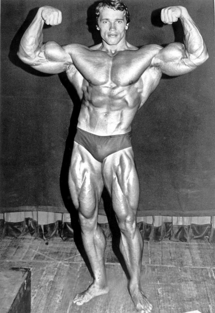 Photographie en noir et blanc d'Arnold Schwarzenegger prise en 1974, juste avant qu'il ne défende sur scène son cinquième titre de Mister Olympia