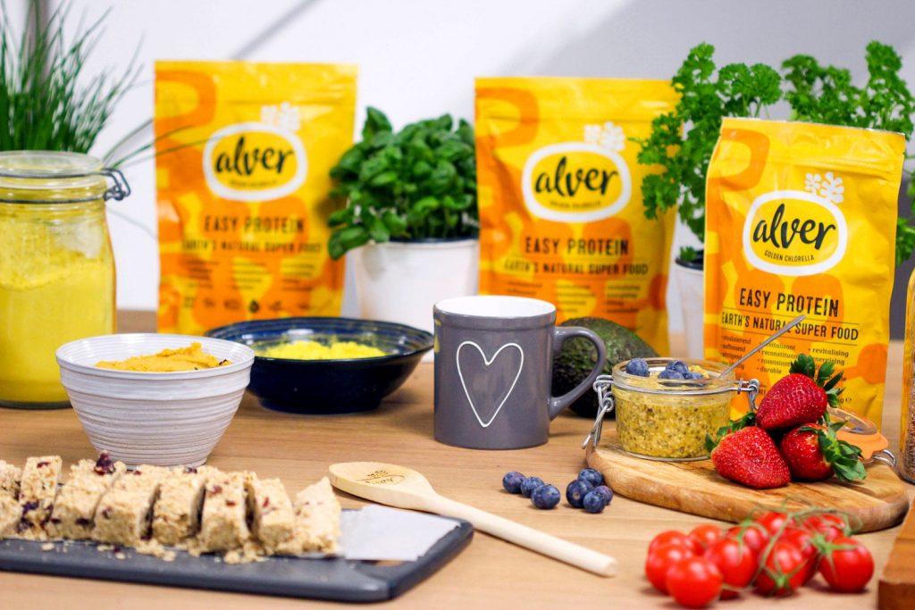 Photographie représentant des protéines en poudre sous forme de supplément alimentaire. Le packaging est joyeux et chaleureux, pourtant ces produits industriels sont dangereux.