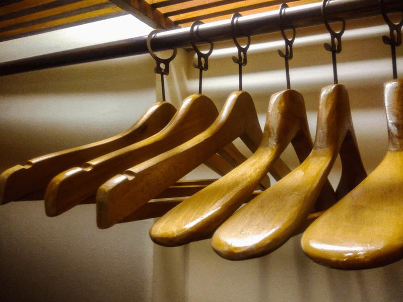 cintre en bois pour costume